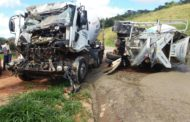 Caminhões colidem na MG-329, na região do córrego do Feijoal