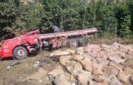 Caminhão tomba e carga de café se espalha
