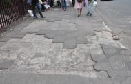 Calçadas danificadas no centro da cidade desafiam os pedestres