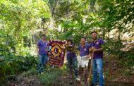 Integrantes do Lions Clube Caratinga Itaúna realizam plantio de mudas de árvores frutíferas