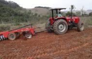 Prefeitura mantém serviços gratuitos de aração e gradagem para agricultores rurais