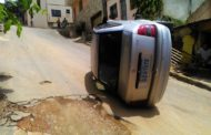 Carro capota no Santo Antônio