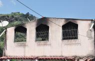 Bombeiros combatem incêndio em residência