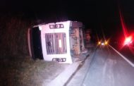 Caminhão tomba e motorista fica ferido em Ubaporanga