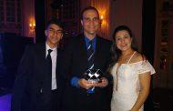 Coordenador de Curso da Doctum, Carlos Bitencourt, recebe premiação do CRA-MG